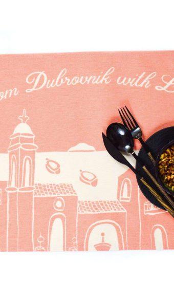 Kuhinjski podmetač s motivom Dubrovnika je savršen poklon.